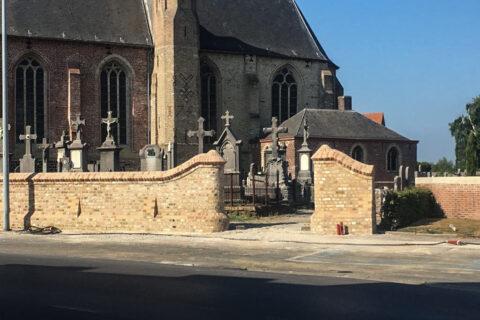 Restauratie kerkhofmuur Reningelst – Stad Poperinge